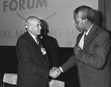 Nelson Mandela sert la main de De Klerk