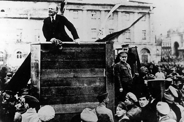 Lénine, avec Trotsky à ses côtés, lors de la prise du pouvoir par les soviets